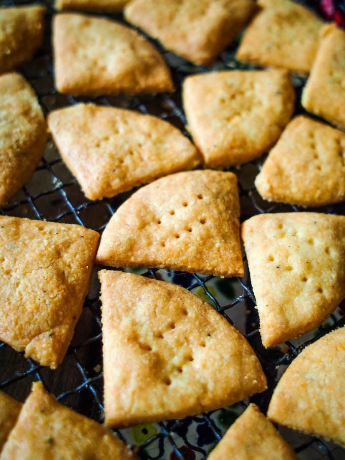 cheesy shortbread bites by larderlove