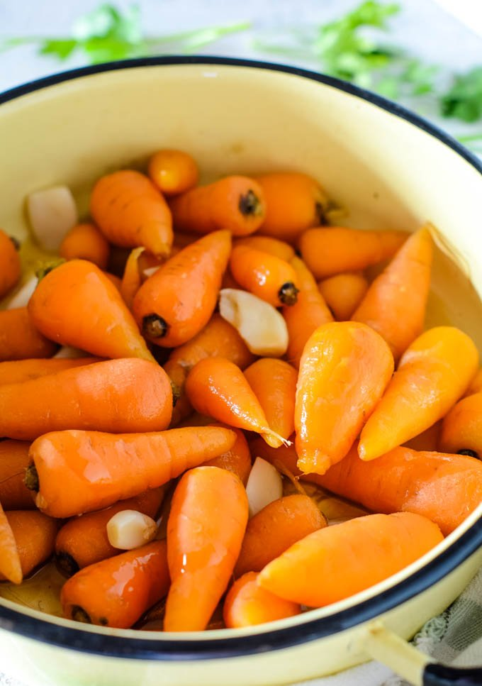 cooking the carrots with garlic in pan